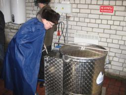 В.В. Трефилов демонстрирует устройство поилки.
