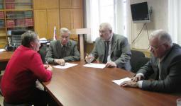 С.П. Мамаев (в центре) ведёт личный приём граждан.
