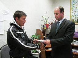 М.А. Осинников вручает повестку Максиму Тесмееву   (в прошлые выходные Максим уже отправился в армию).