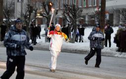 Олимпийский огонь несёт Н. Филатова (Васенина).