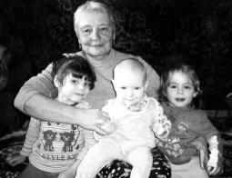 Л.М. Степанова с внучками.