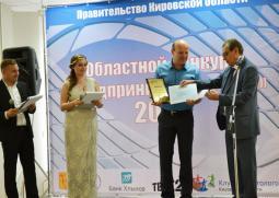 С. Данилян награждает дипломом и сертификатом на право получения льготного займа В. Попенову.
