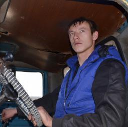 Водитель А.Л. Соколов занят отвозкой зерна.