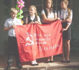 Копия знамени Победы в руках обуховских школьников.
