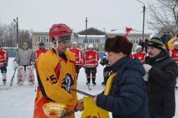 Ю.П. Скрипин награждает капитана пижанской команды В.В. Брусова.