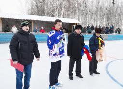 Приветствует хоккеистов депутат Государственной Думы С.А. Доронин.