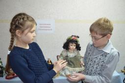 На выставке кукол.