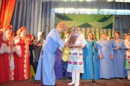 Лия Николаевна Мотовилова награждает коллектив «Ласточка» (д. Второй Ластик).