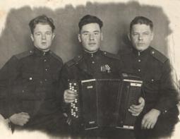 Леонид Степанович Мотовилов (в центре) и его фронтовые друзья.