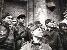 Группа пешей разведки лейтенанта Сорокина на ступенях Рейхстага.                           На переднем плане красноармеец Григорий Булатов.