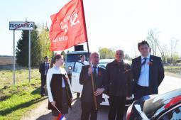 Знамя Победы в руках главы района В.А. Домрачева.