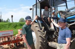 С.В. Ямбаршев, А.В. Мокеров и П.В. Ештыганов уже не первый год выращивают кукурузу. Через несколько дней они начнут готовить технику к заготовке кормов.