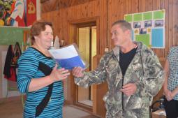 В.Г. Зверева получает награду из рук С.А.Прижимова.