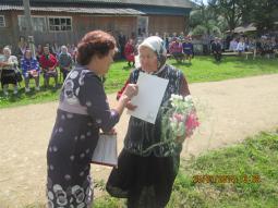 А.М. Борисова награждает труженицу тыла А.Г. Альмакову.