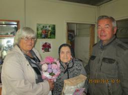 Глава Безводнинского с/п Е.Ю. Демакова и глава района В.А. Домрачев                              поздравляют с 90-летием Марию Ильиничну Басманову.