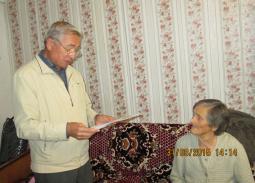 В.П. Манину поздравляет глава района В.А. Домрачев.
