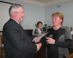 Н.Н. Стрельников вручает диплом Г.Н. Барановой.