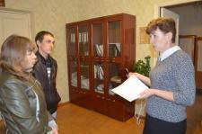 Елена Геннадьевна  Луппова вручает молодым родителям свидетельство о рождении ребёнка