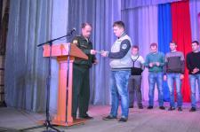 М.А. Осинников вручает повестку призывнику Андрею Данилину
