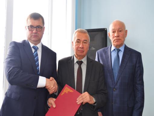 В.А. Домрачев принимает поздравления с вручением знака «80 лет Кировской области» и Почётной грамоты районной Думы  от С.М. Евстропова и Г.А. Бызова.
