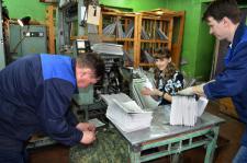 А.А. Дрягин, О.И. Суслова и И.М. Подузов. Приём газеты с печатной машины.