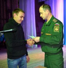 М.А. Осинников вручает повестку Павлу Чиванову