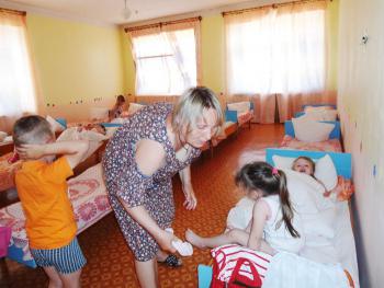 З.Н. Сергина укладывает детей спать