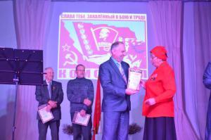 С.П. Мотовилов награждет Г.П. Шестакову.