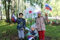 Костя Порошин (4 года), Слава Подоплелов (3 года)  и Кира Османова (5 лет) (детский сад «Сказка»).