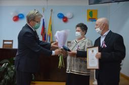 Медаль «За любовь и верность» супругам Скрипиным  вручает глава района А.Н. Васенин.