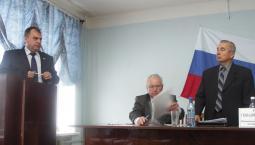 Поздравление от А.В. Перескокова принимает избранный глава района В.А. Домрачев.