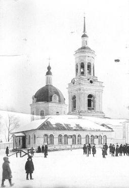 Липовская школа крестьянской молодёжи и Липовская церковь (за заднем плане).