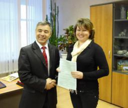 Свидетельство А.А. Ештубаевой вручает   глава администрации района Г.Г. Набиуллин