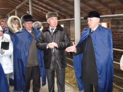 В рамках семинара – посещение фермы доращивания молодняка.                     В центре снимка Г.А. Бызов, справа А.А. Котлячков.
