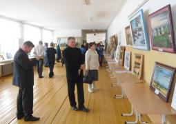 Участники конференции на выставке картин В.В. Унженина в коридоре школы.