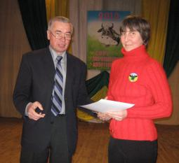 Глава района В.А. Домрачев вручает Благодарственное письмо И.Л. Лоскутовой.