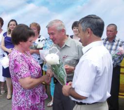 Глава района В.А. Домрачев вручает грамоту А.В. Таракановой.