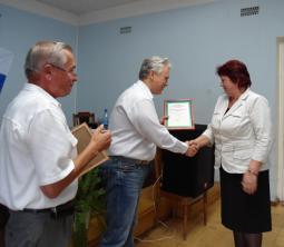 М.В. Лихачёв вручает благодарственное письмо В.И. Лаптевой.