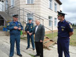 Пояснения В.В. Островскому даёт С.Н. Конев, директор коррекционной школы-интерната.