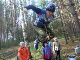 Дима Егоров (5 класс)   выполняет элемент туристского многоборья «Бабочку».
